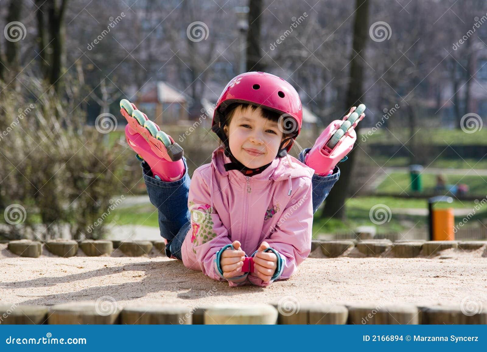 Lyckliga skridskor för flicka