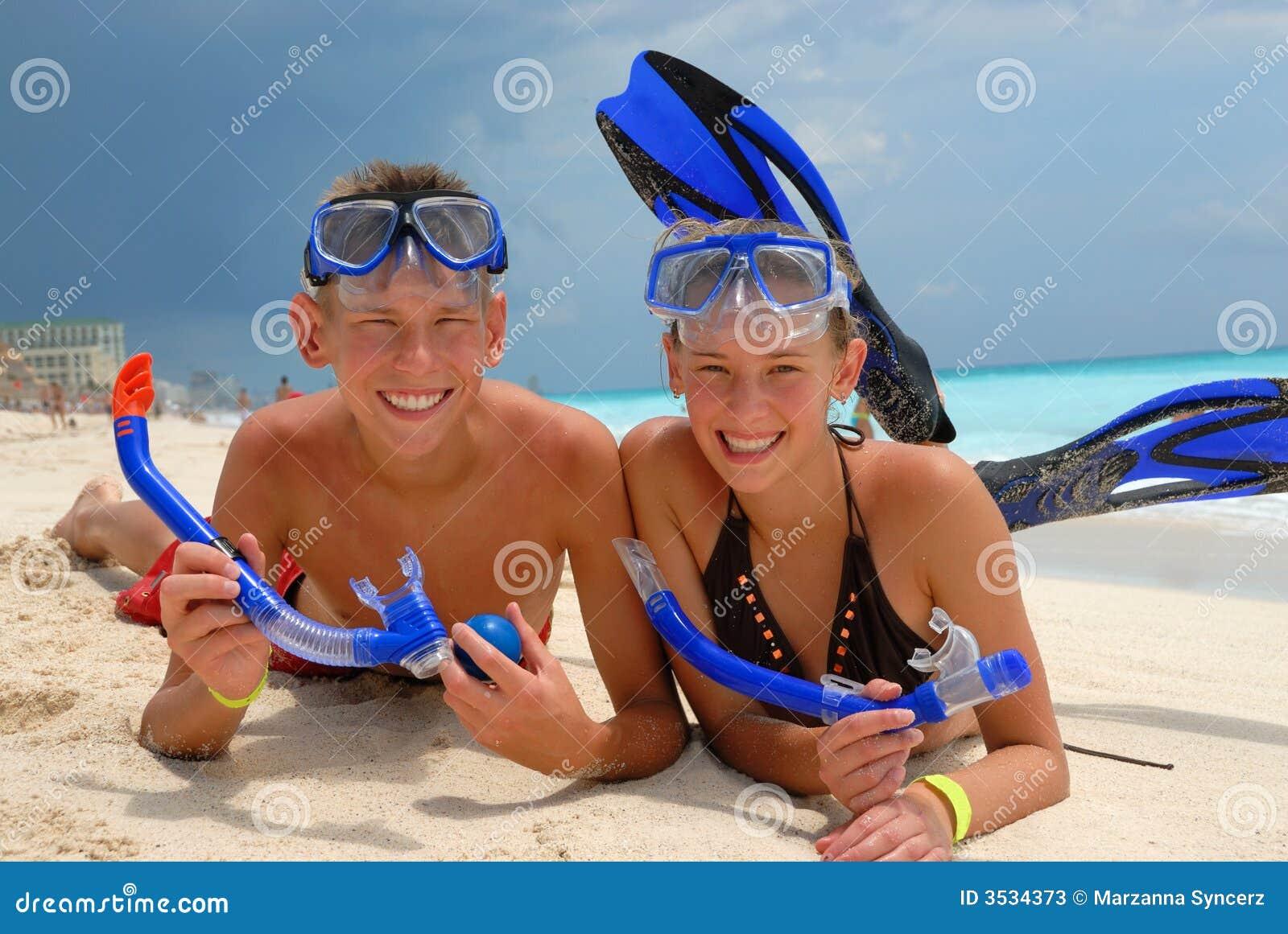 Lyckliga snorkeling tonåringar