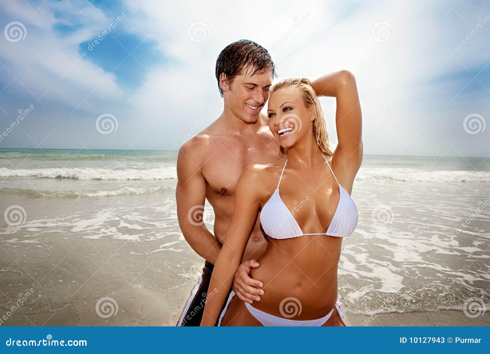 Lyckliga strandpar