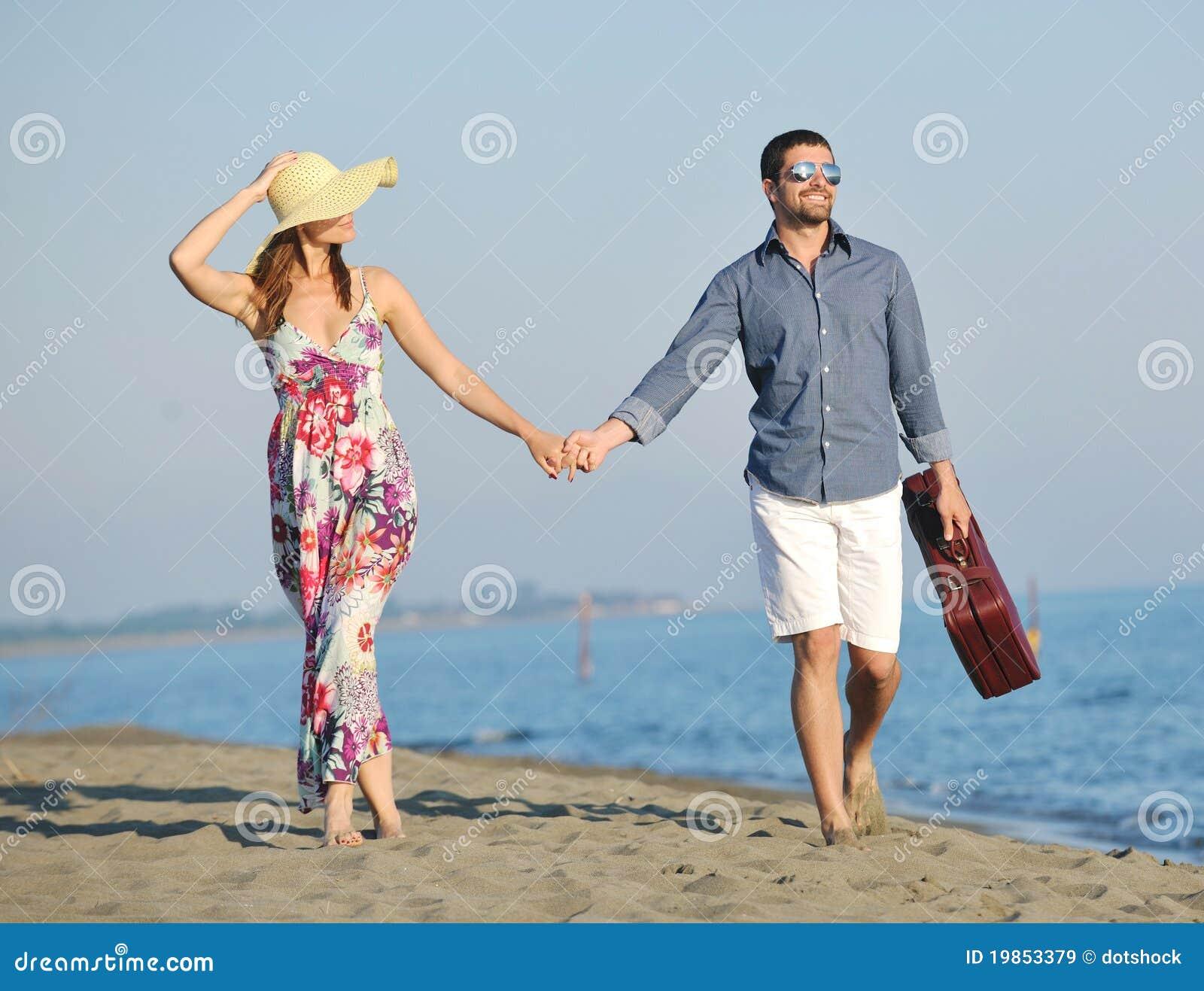 Lyckliga strandpar har romantiskt tidbarn