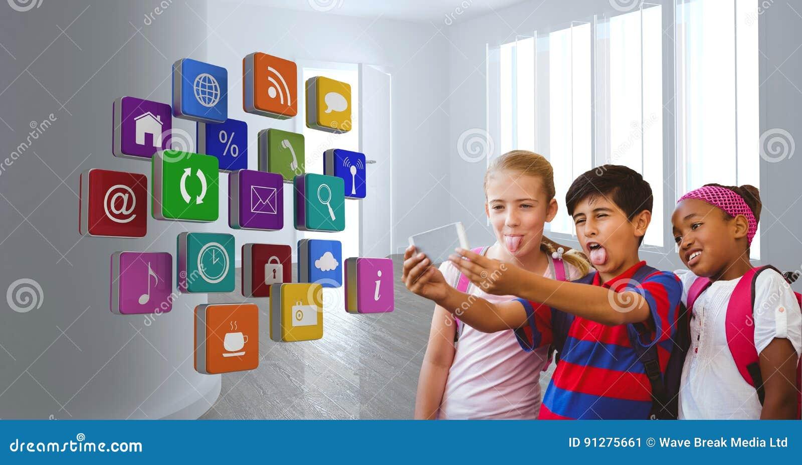 Lyckliga studenter som tar selfie med applikationsymboler i förgrund
