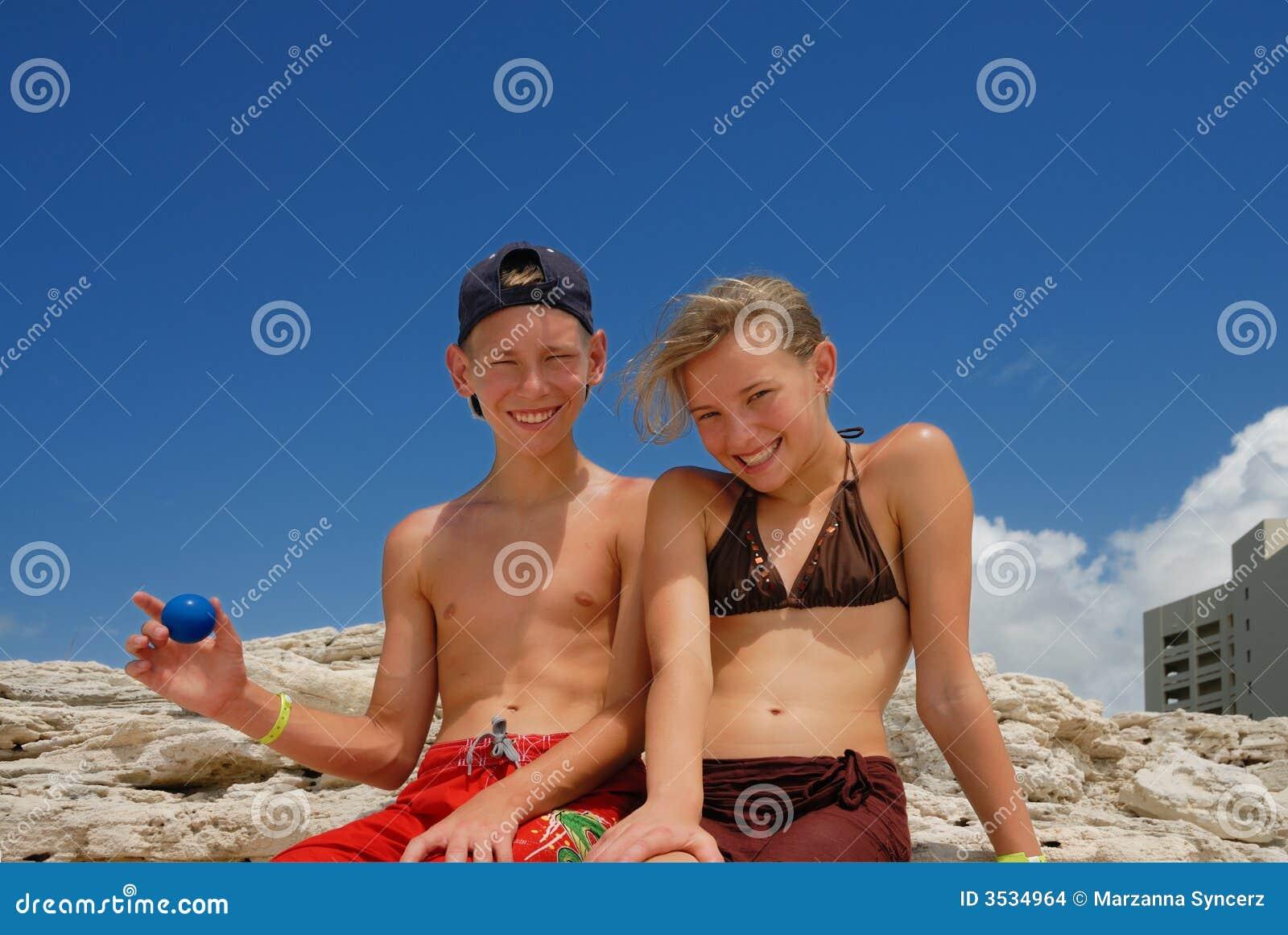 Lyckliga tonåringar för strand
