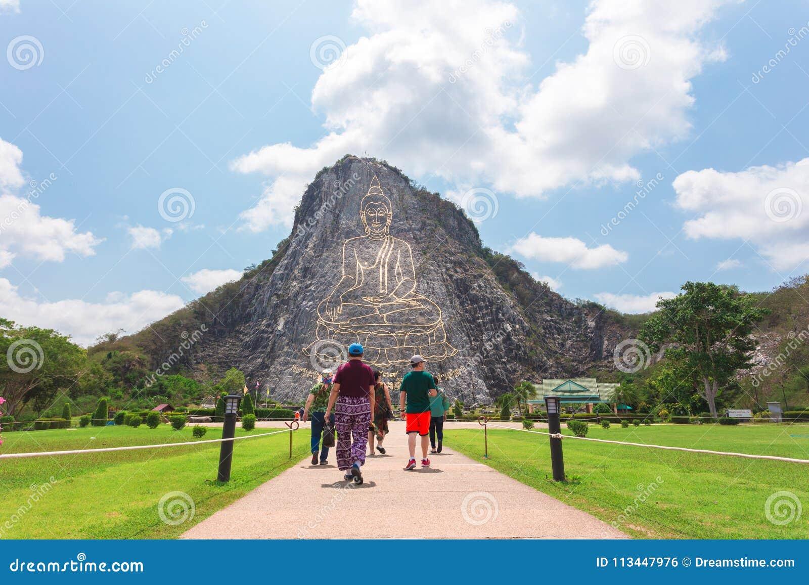 Lyckliga turister, grupp som reser Bhudda Mountian på khaoche chan,