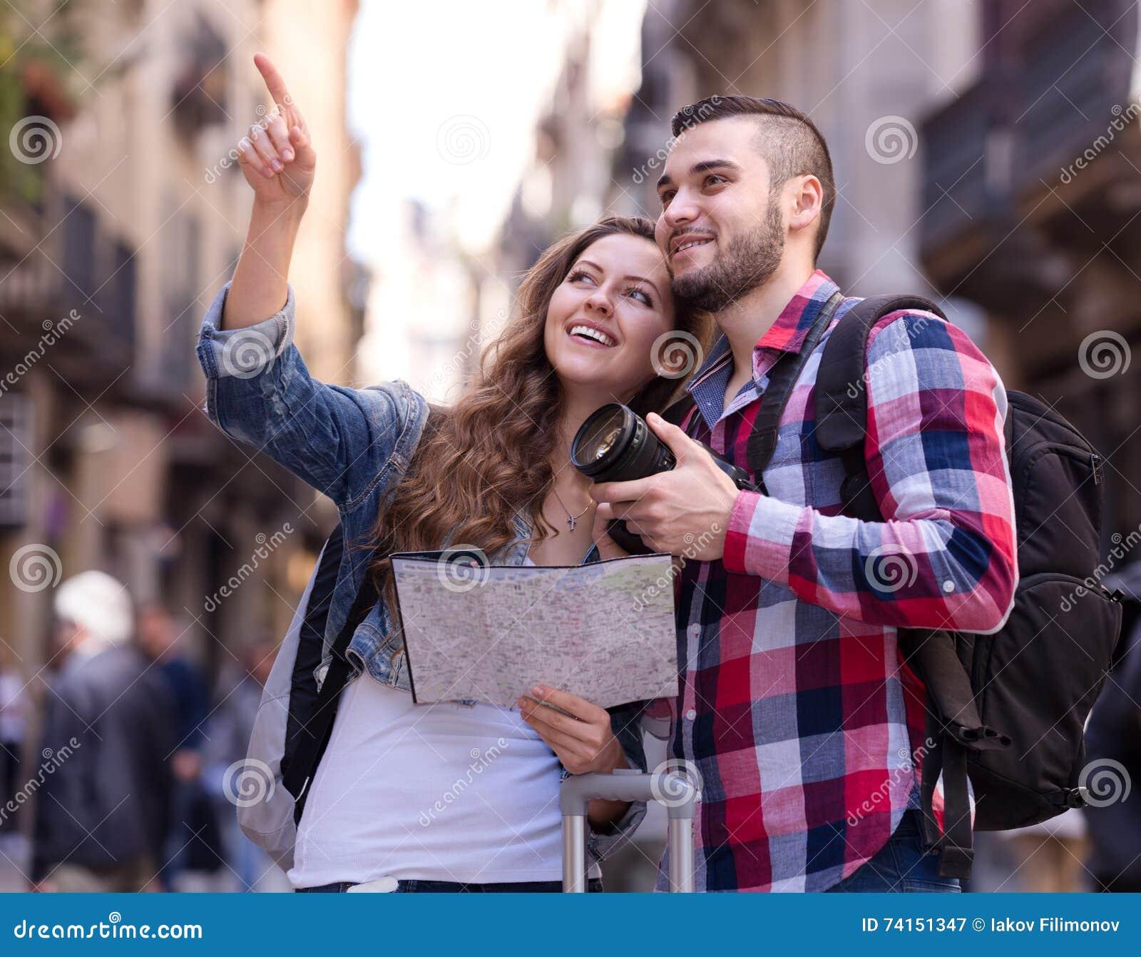 Lyckliga turister på utfärd