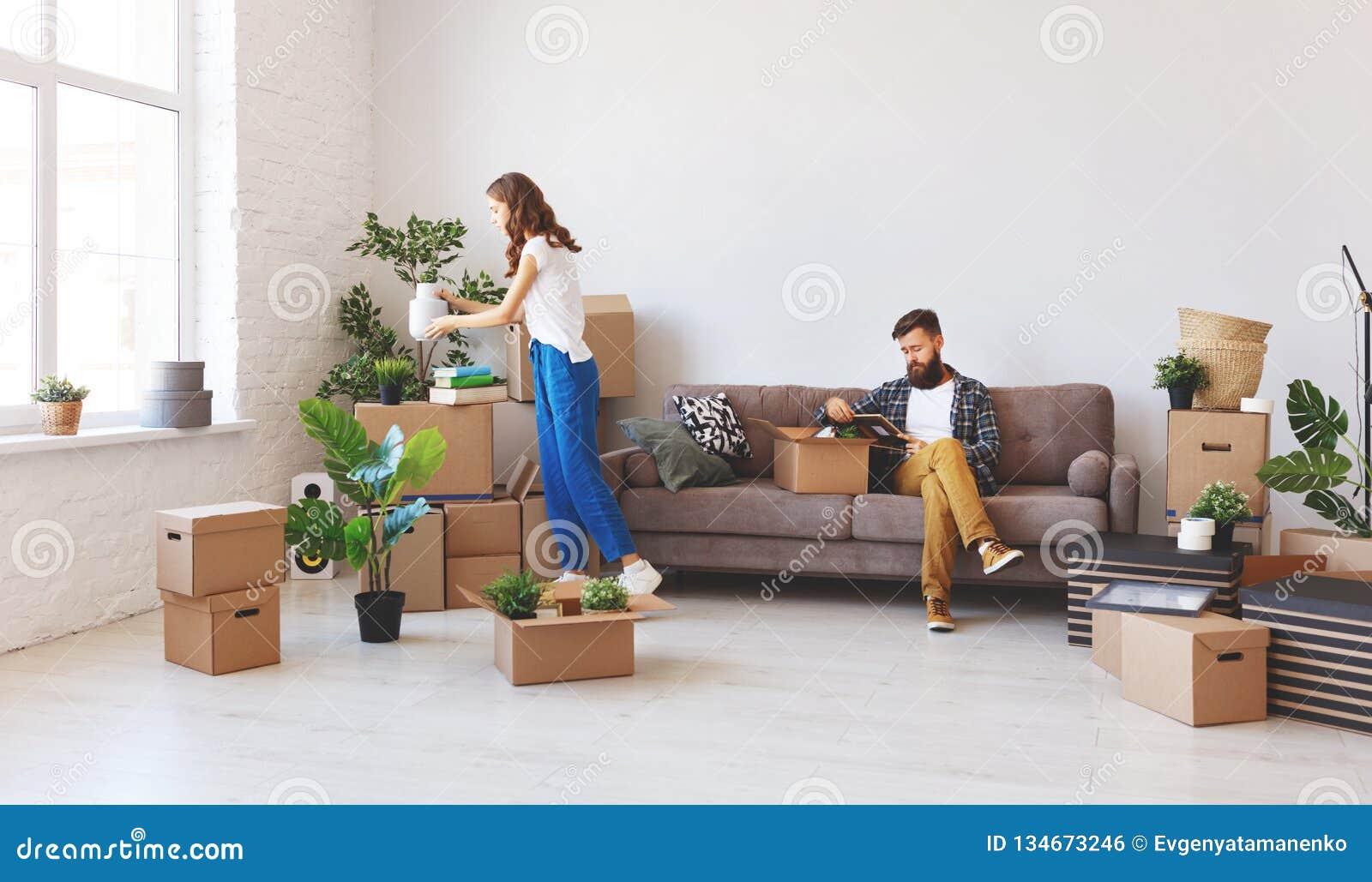 Lyckliga unga gift parflyttningar till den nya lägenheten