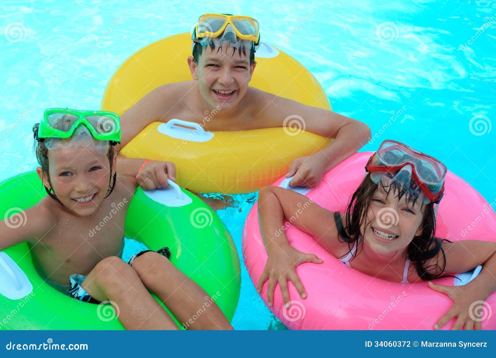 Lyckliga ungar i simbassäng