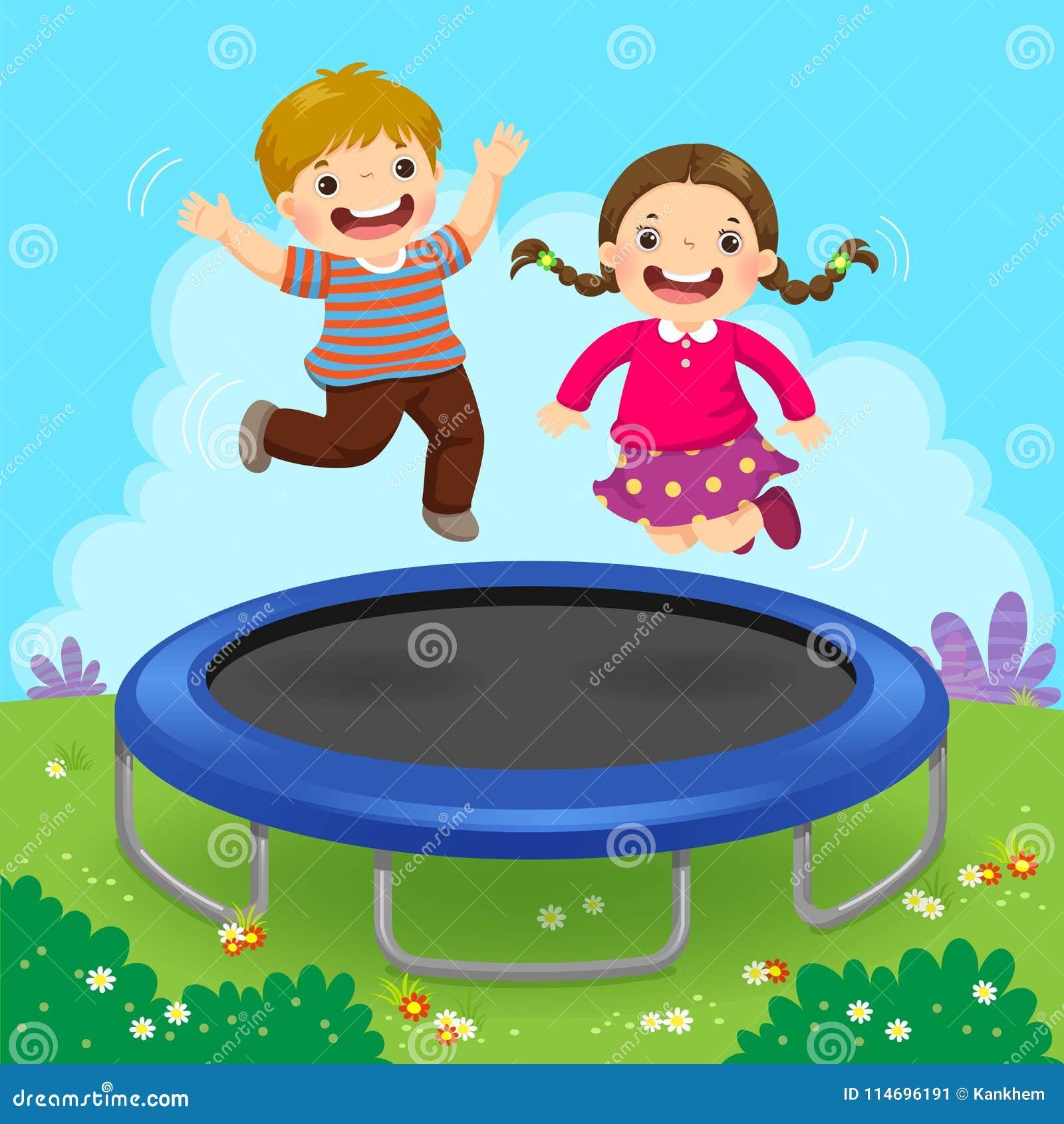 Lyckliga ungar som hoppar på trampolinen i trädgården
