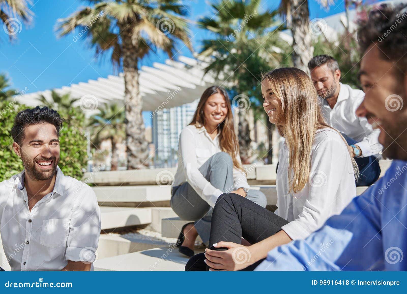 Lyckliga ungdomarkopplar av på affärstur utanför