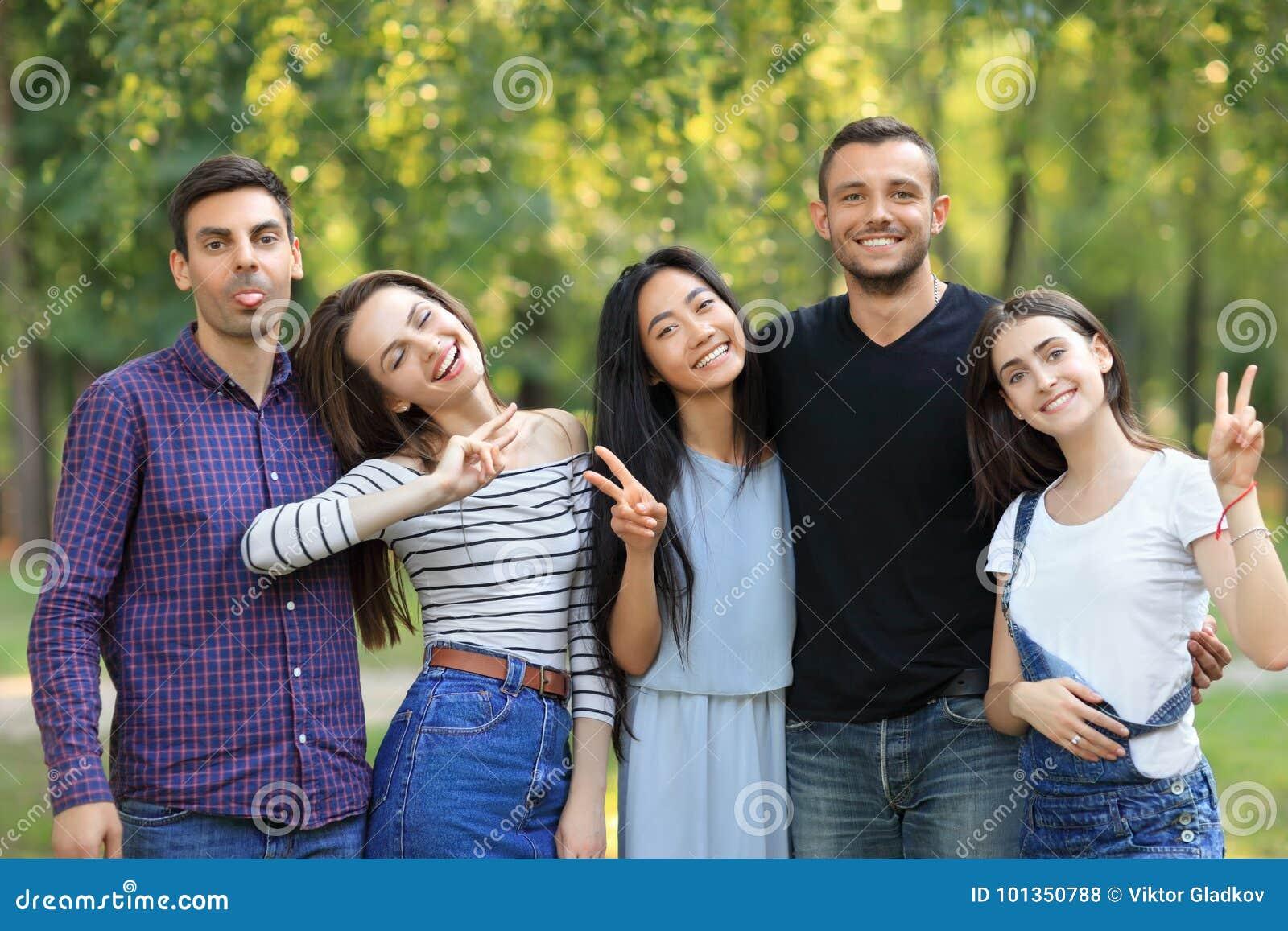 Lyckliga vänmän och kvinnor med ansiktsuttryck och gester