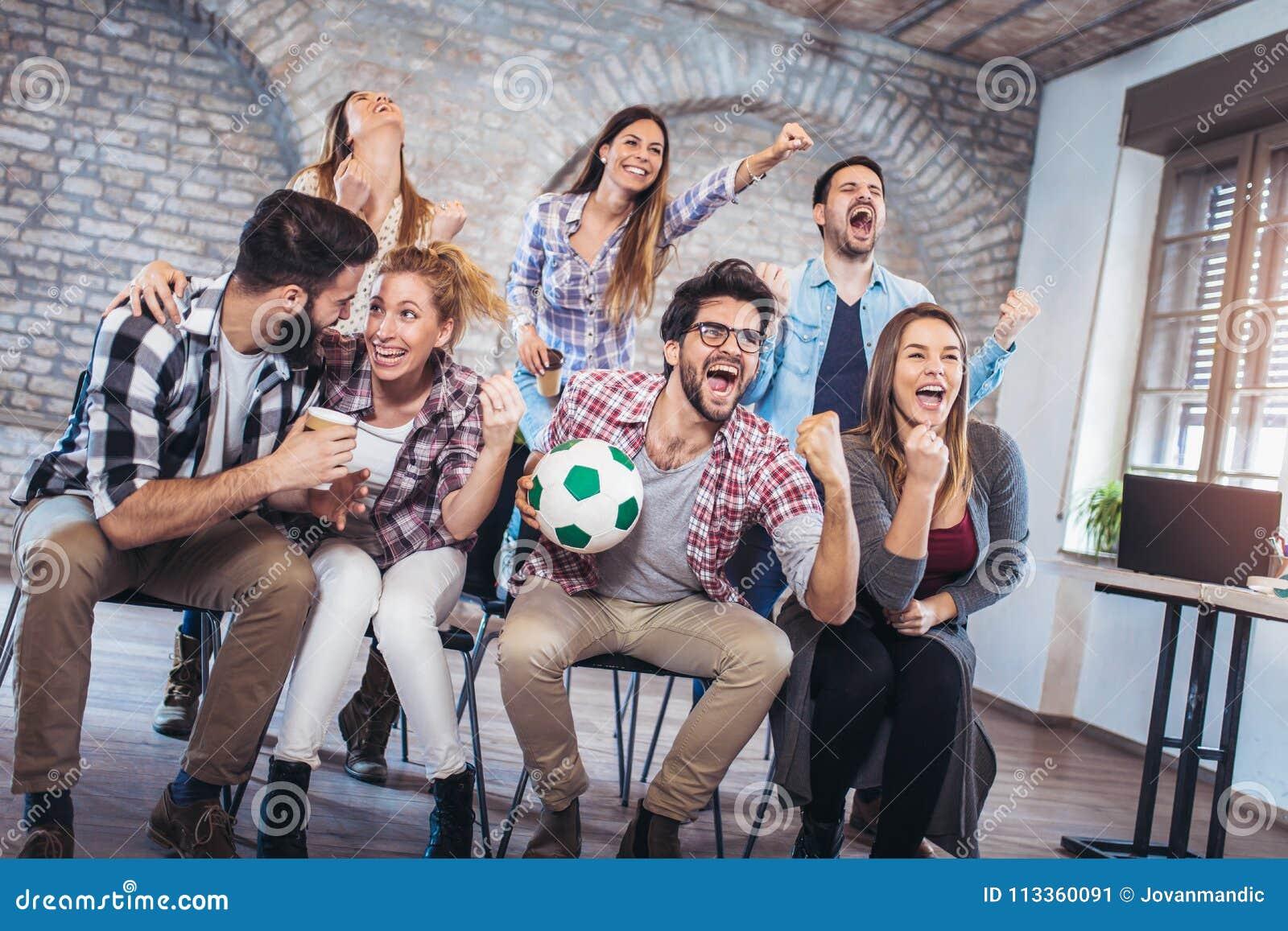 Lyckliga vänner eller fotbollsfan som håller ögonen på fotboll på tv