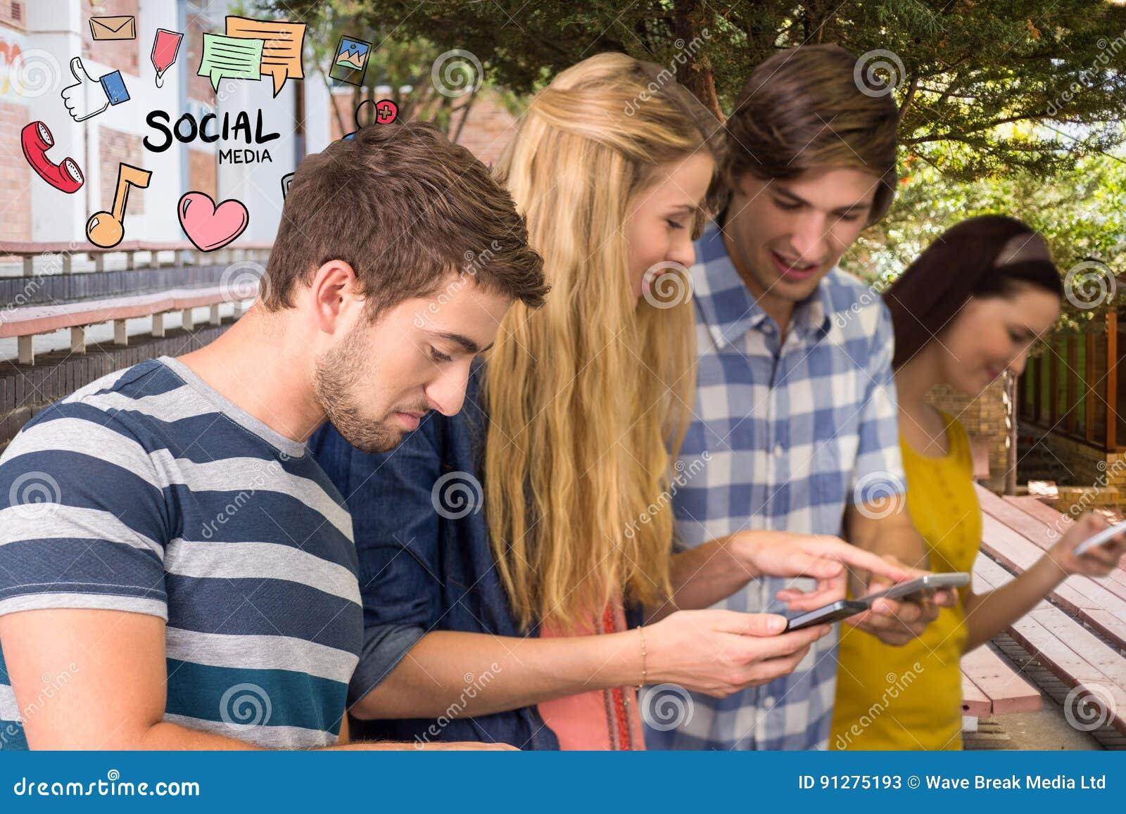 Lyckliga vänner som använder socialt massmedia på smarta telefoner