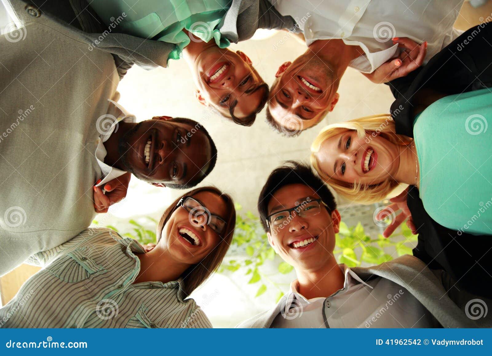 Lyckligt affärsfolk med deras huvud tillsammans