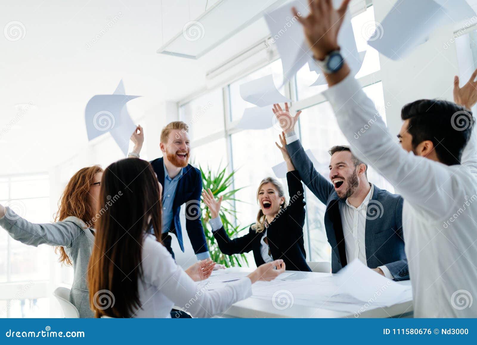 Lyckligt affärsfolk som firar framgång