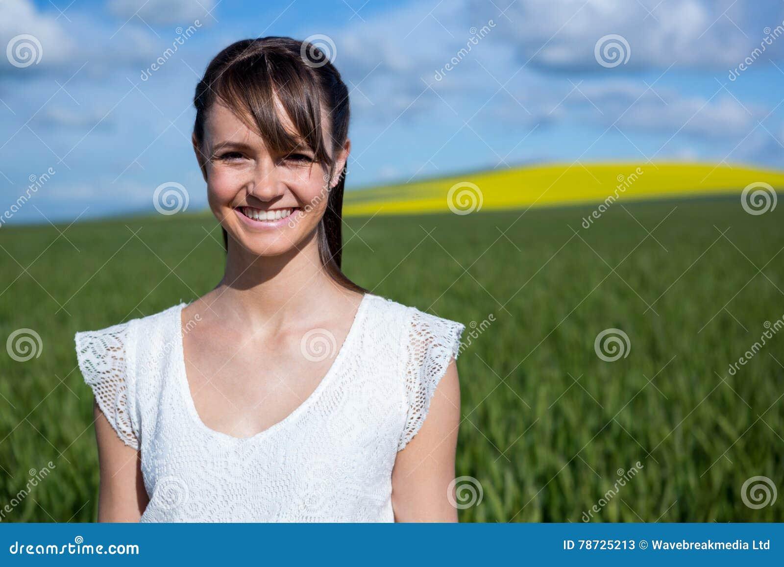 Lyckligt anseende för ung kvinna i fält