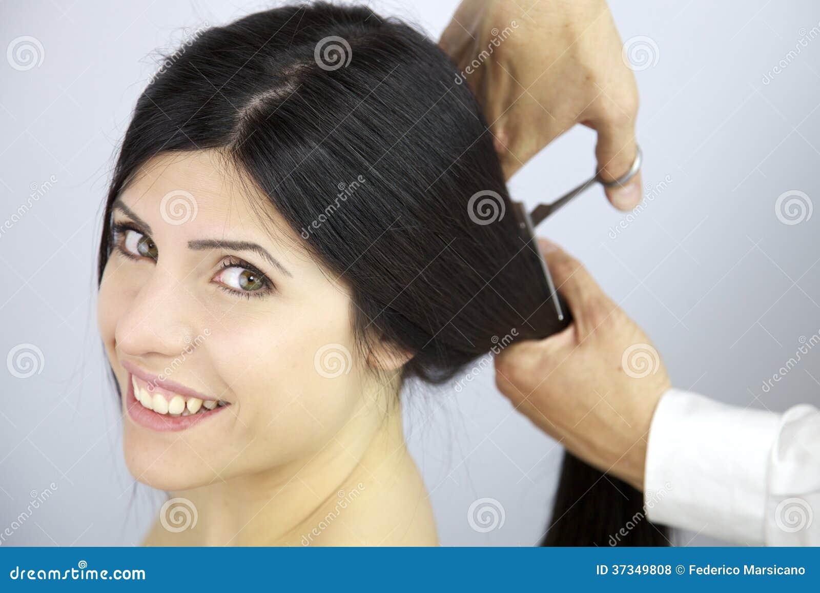 Lyckligt att ändra frisyren som klipper mitt långa hår