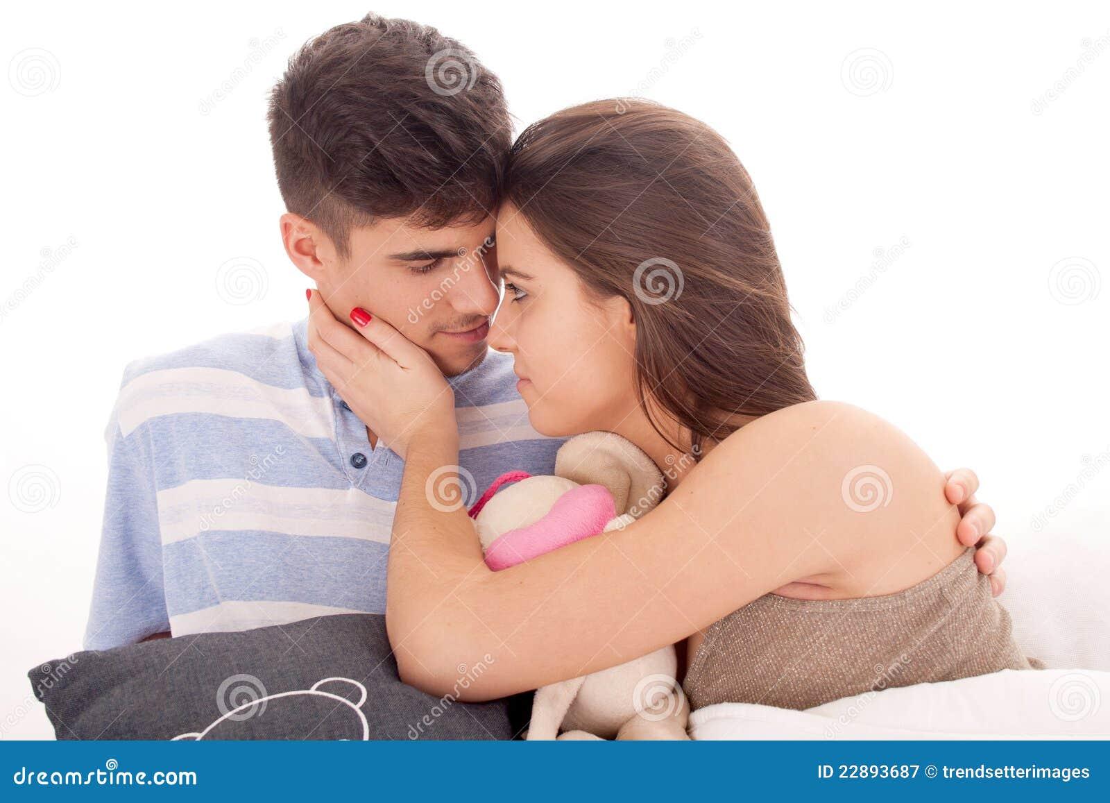Lyckligt avslappnande barn för par