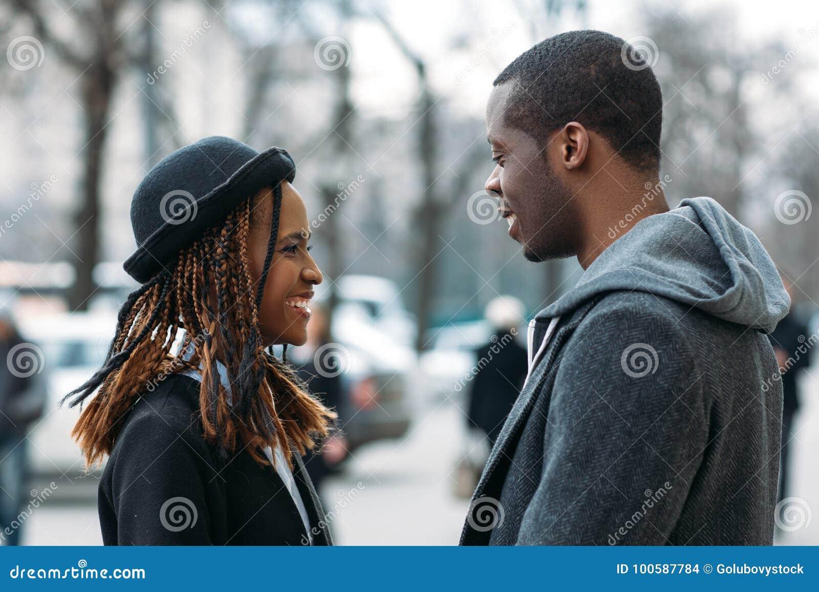 Lyckligt barn för par Goda nyheter för svart man