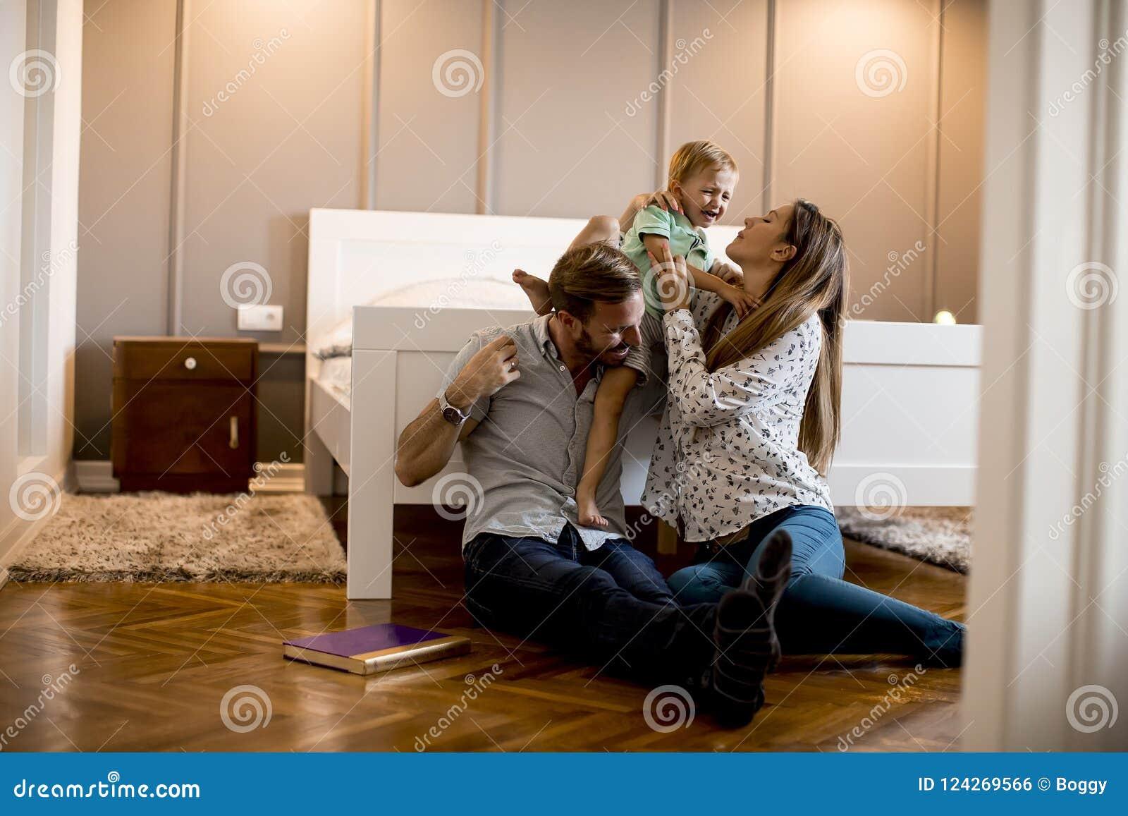 Lyckligt barn f?r familj