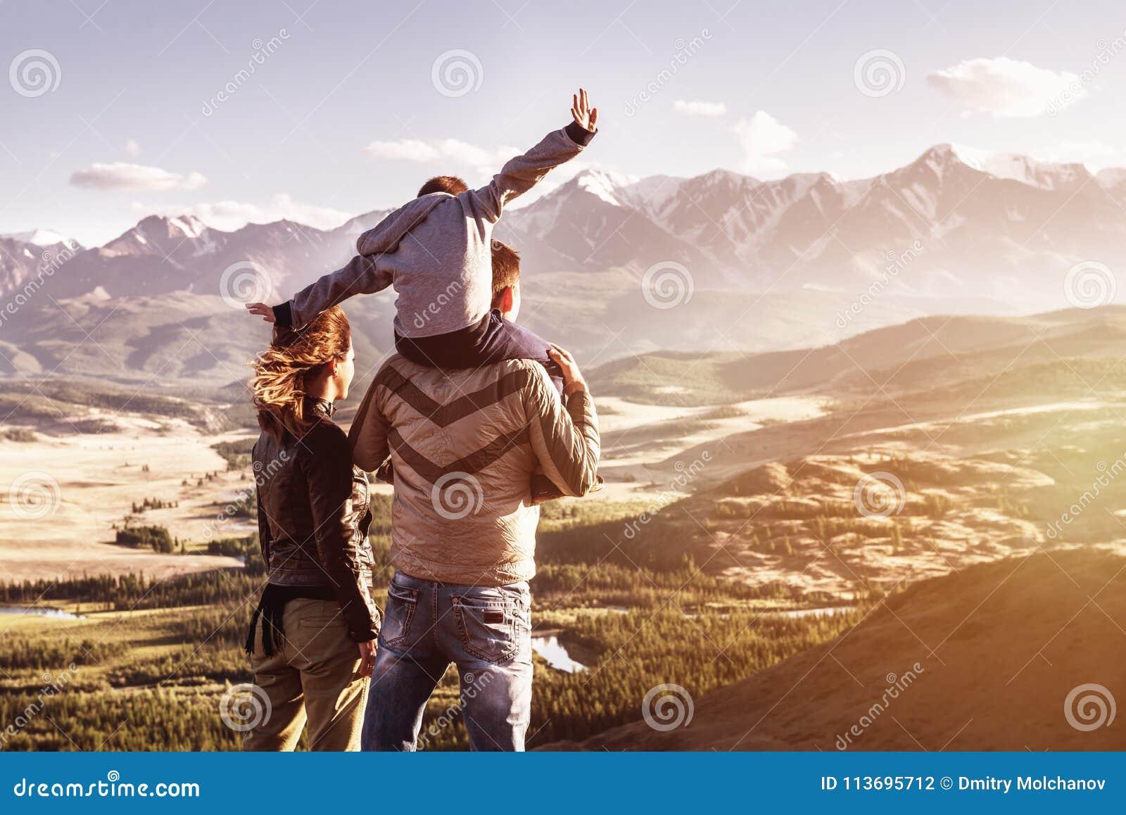 Lyckligt begrepp för berg för familjloppturism