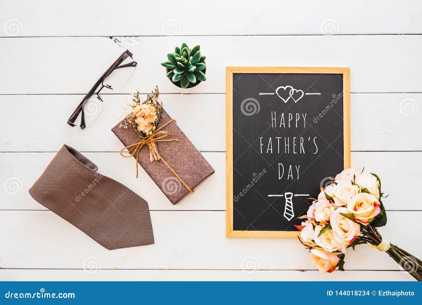 Lyckligt begrepp f?r dag f?r fader` s Plan lekmanna- bild av gåvaasken, slipsen, exponeringsglas, den rosa blomman och anteckning