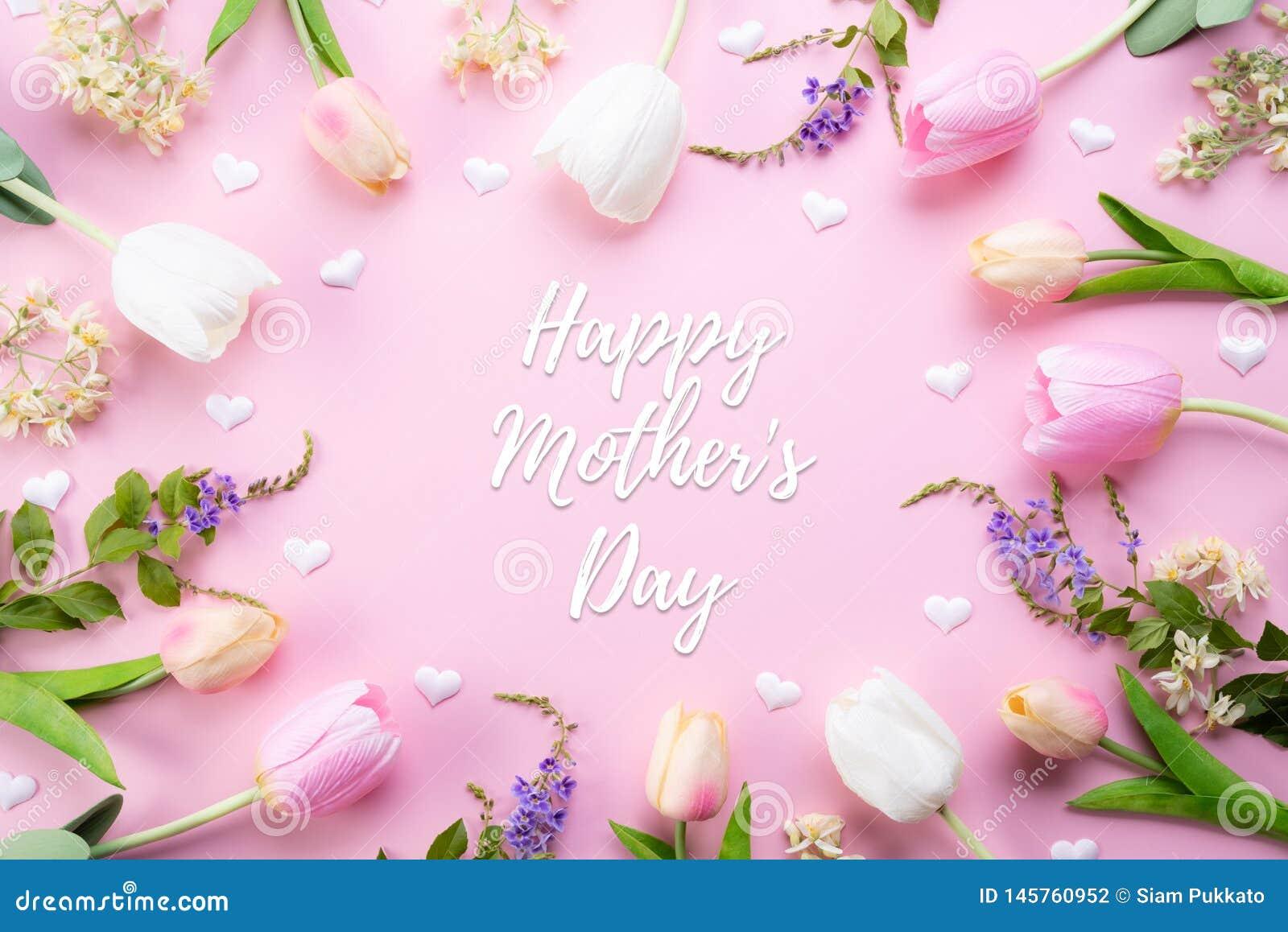 Lyckligt begrepp f?r moderdag Bästa sikt av rosa tulpanblommor i ram med lycklig moders text för dag på rosa pastellfärgad bakgru