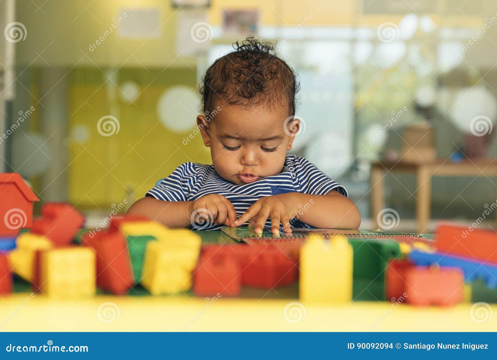 Lyckligt behandla som ett barn att spela med leksakkvarter