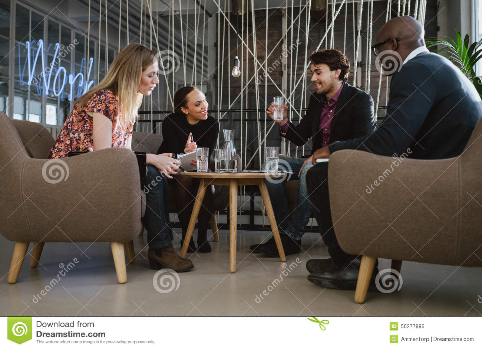 Lyckligt blandras- affärsfolk i möte