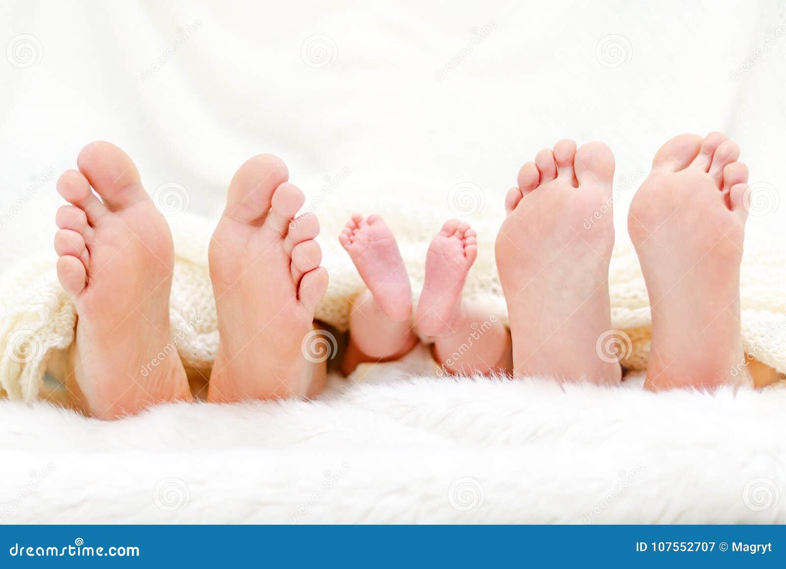 Lyckligt familiy i underlag Fostra fadern och behandla som ett barn fot under filten Trädpar av ben