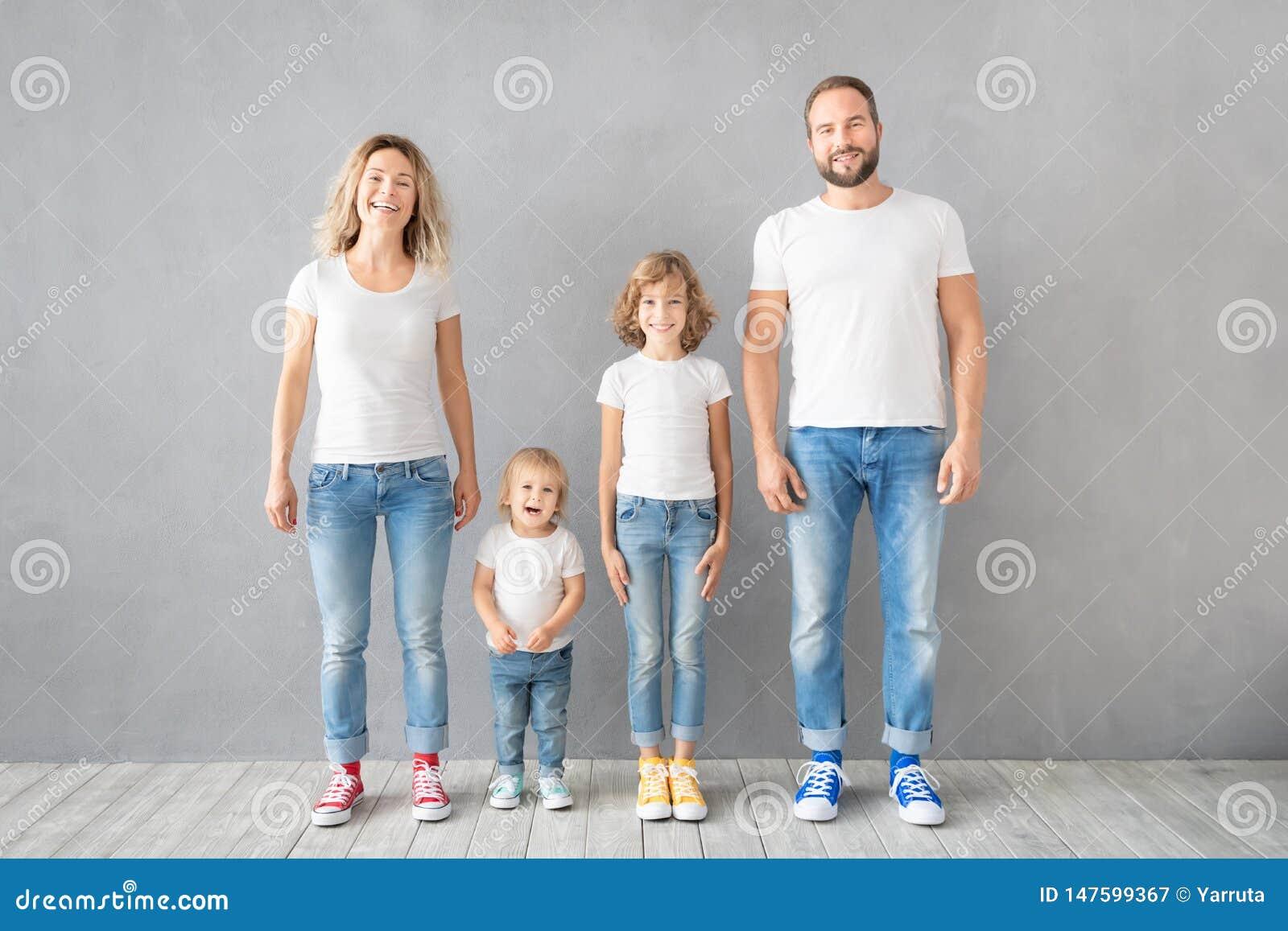 Lyckligt familjanseende mot grå bakgrund