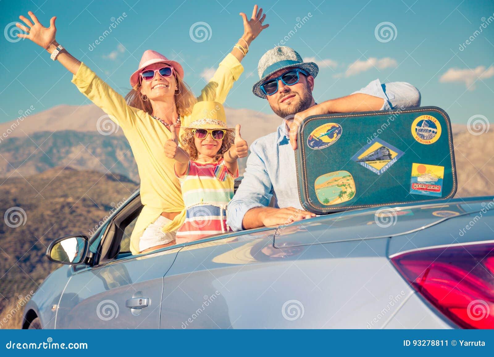 Lyckligt familjlopp med bilen i bergen