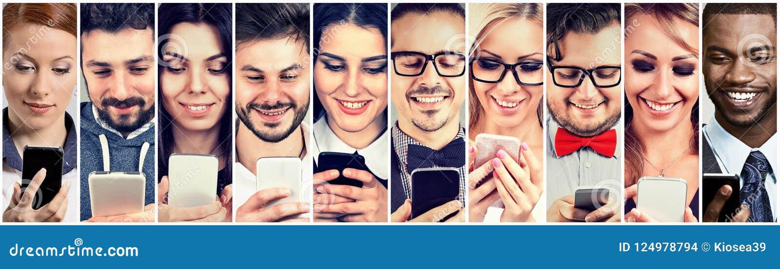 Lyckligt folk som använder den smarta telefonen för mobil