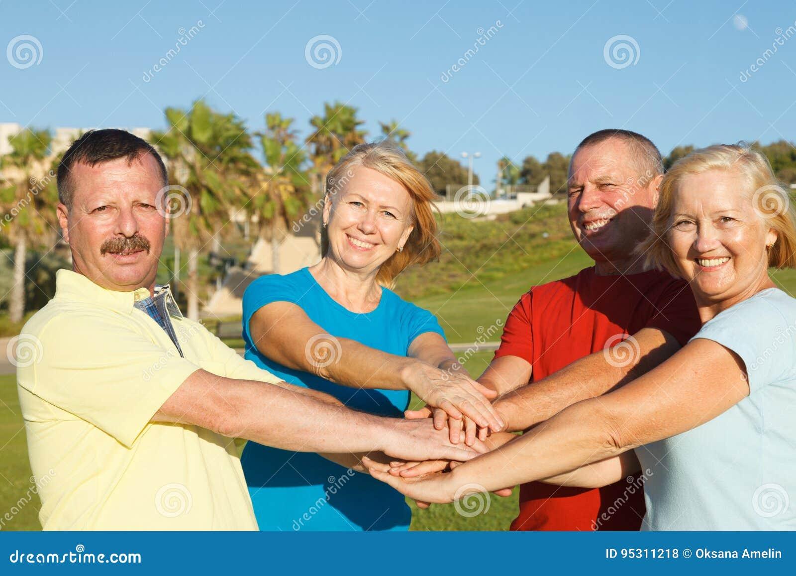 Lyckligt folk som visar enhet