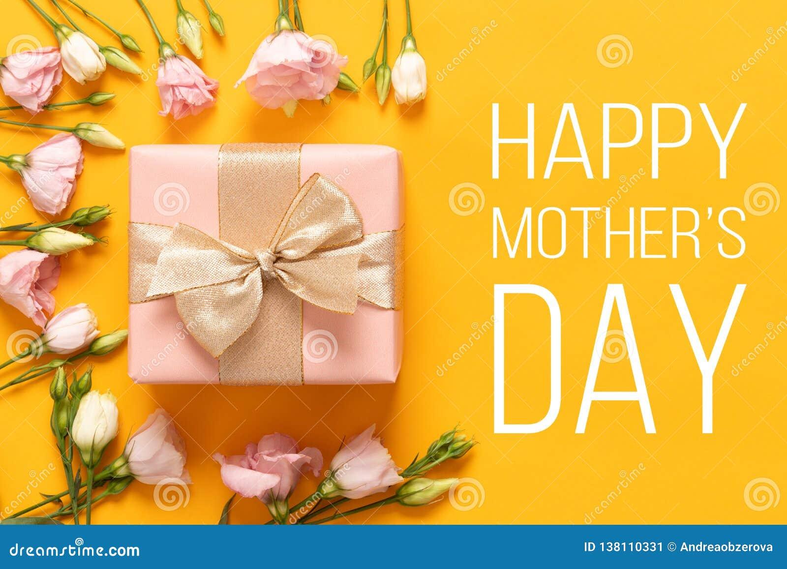 Lyckligt fostra dagbakgrund för ` s Ljus gul och pastellfärgad rosa kulör mors dagbakgrund Plant lekmanna- hälsa kort med gåvaask