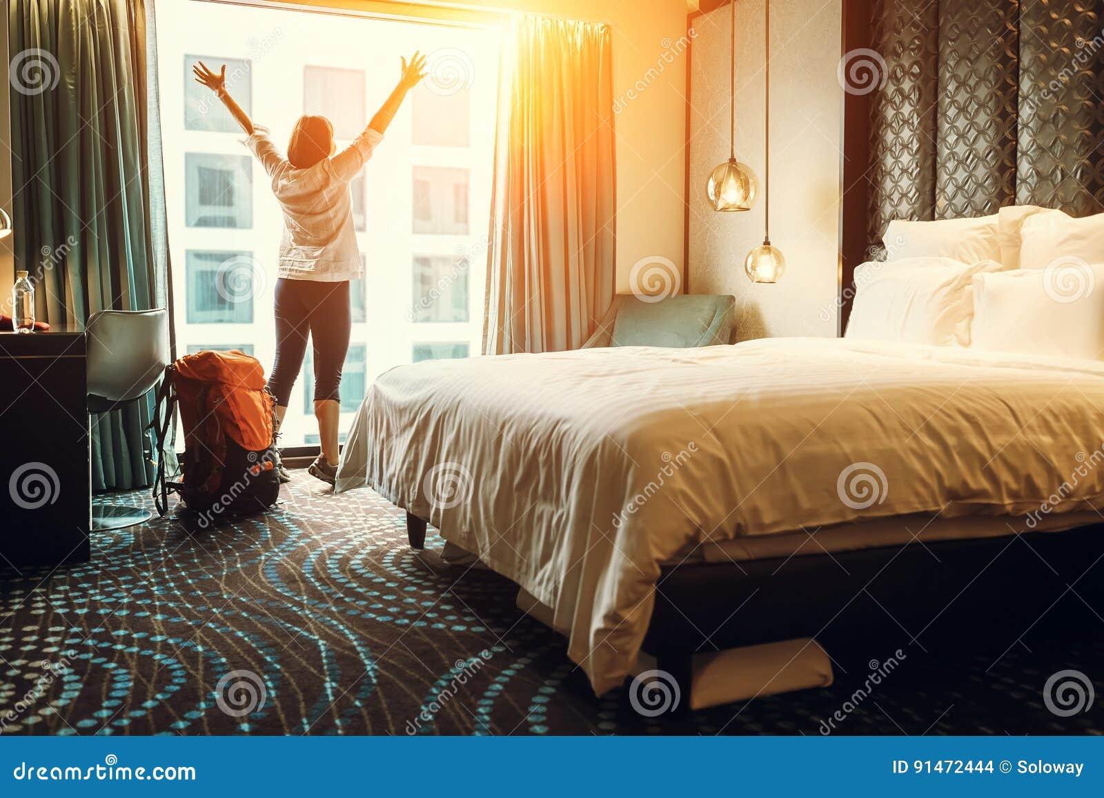 Lyckligt fotvandrarehandelsresandestag i högkvalitativt hotell