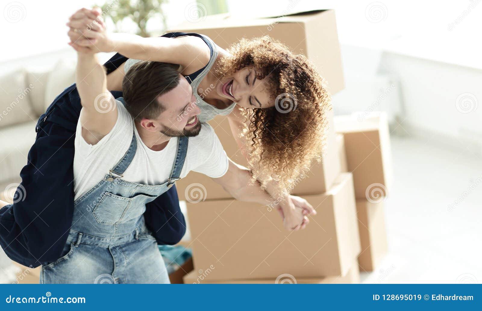 Lyckligt gift par i ett nytt hus