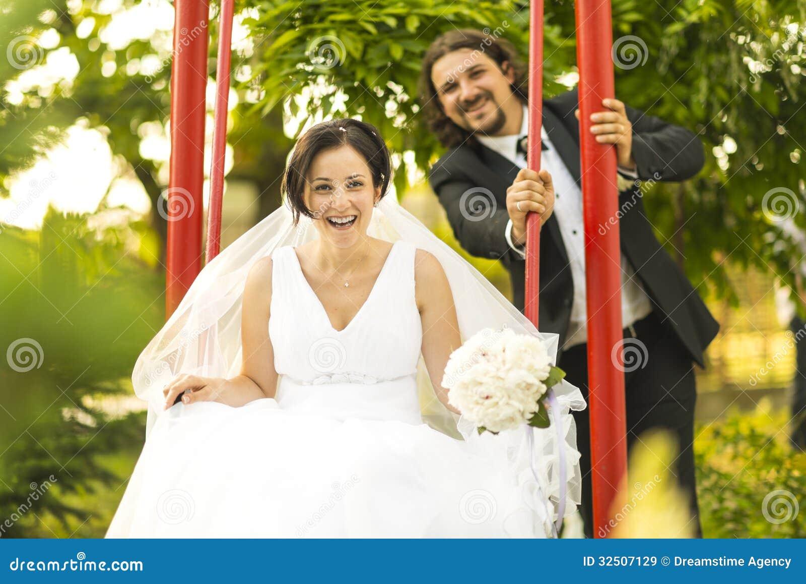 Lyckligt gift par på deras bröllopdag