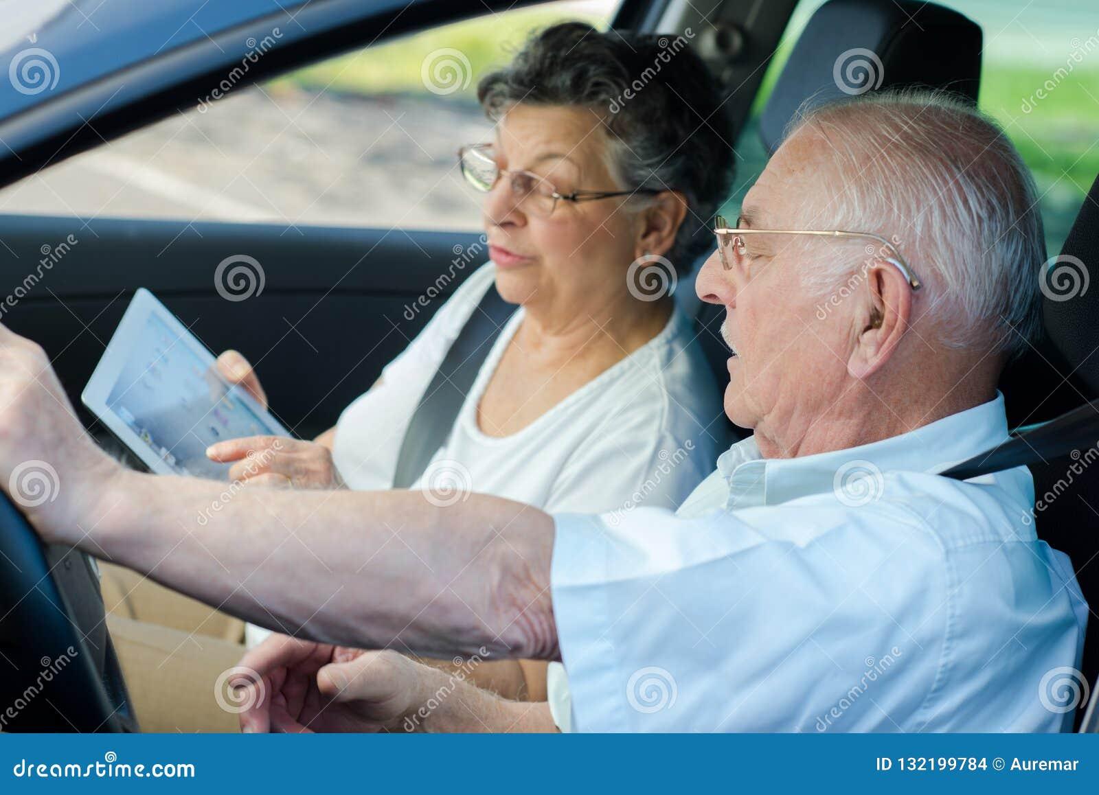 Lyckligt högt parsammanträde inom bilen