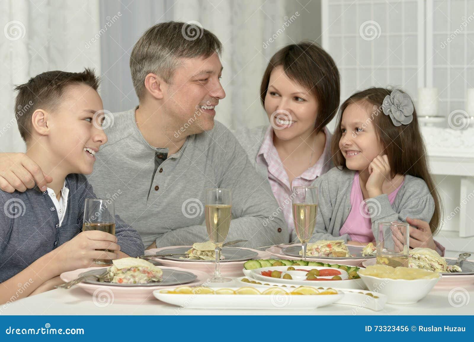 Lyckligt ha för matställefamilj