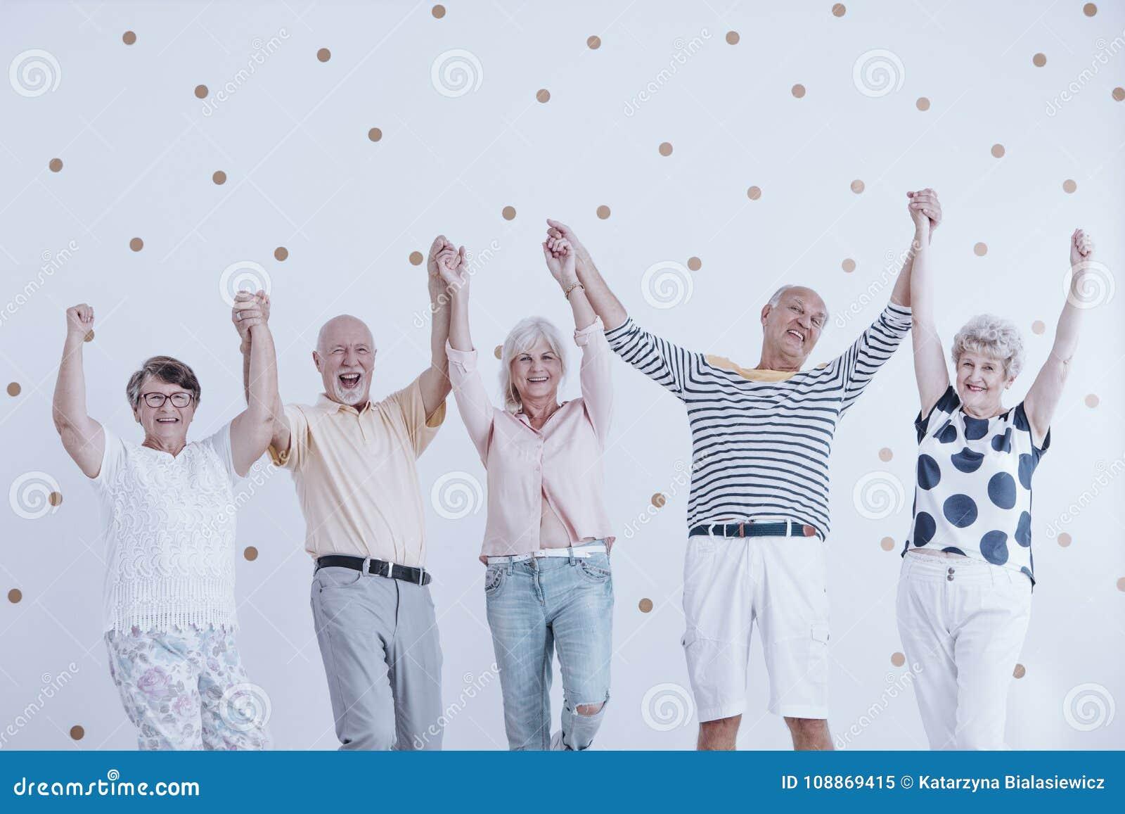 Lyckligt hoppa för pensionärer