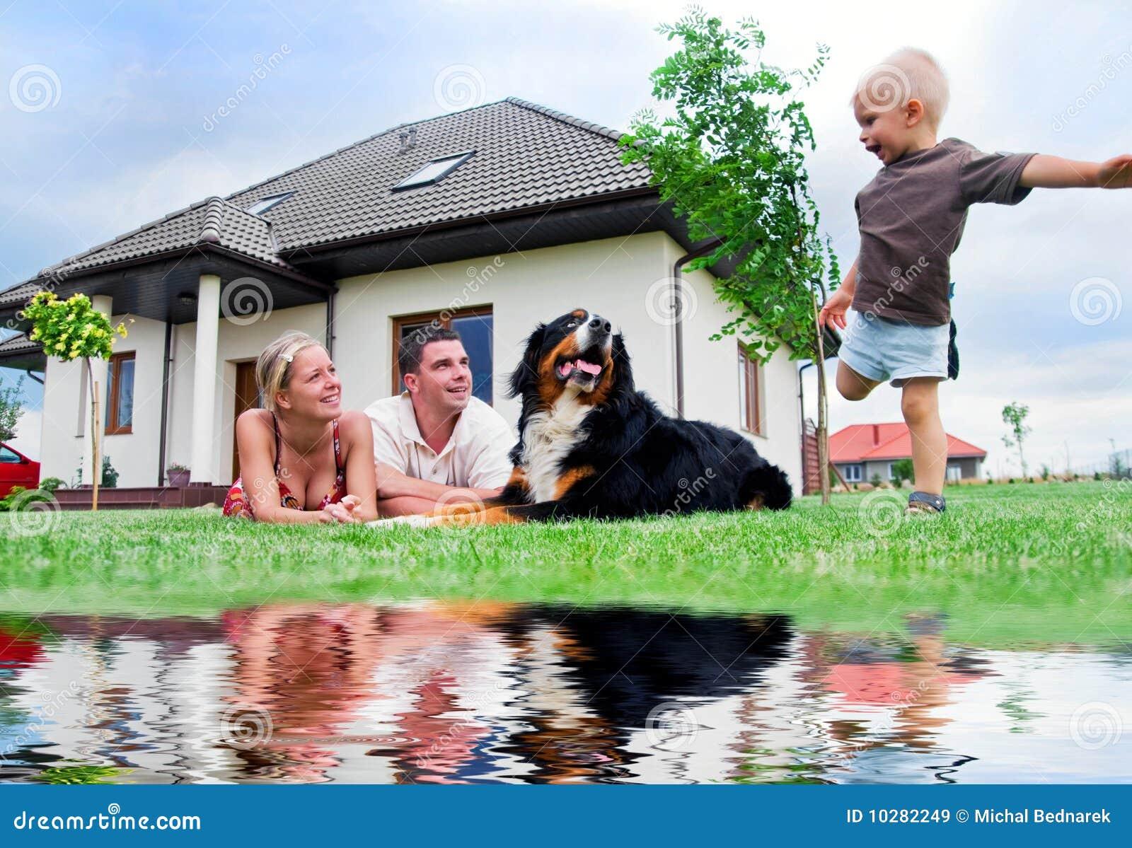 Lyckligt hus för familj