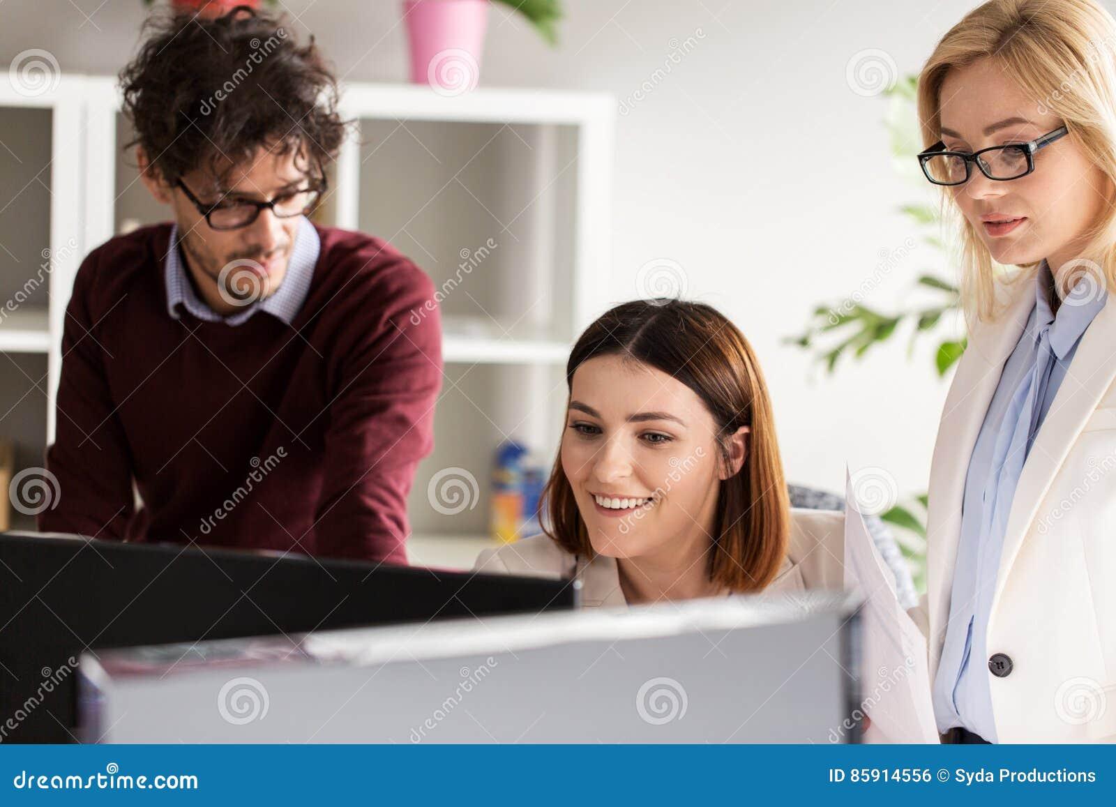 Lyckligt idérikt lag med datoren i regeringsställning
