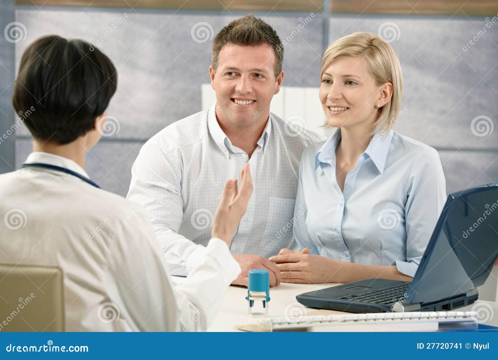Lyckligt koppla ihop på den medicinska tidsbeställningen
