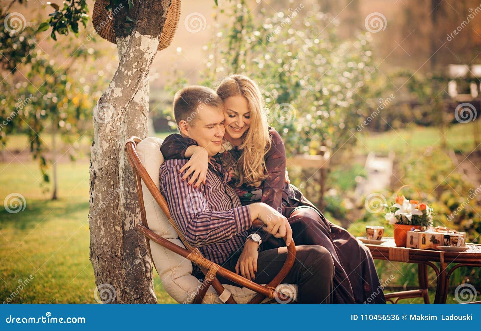 Lyckligt krama för par