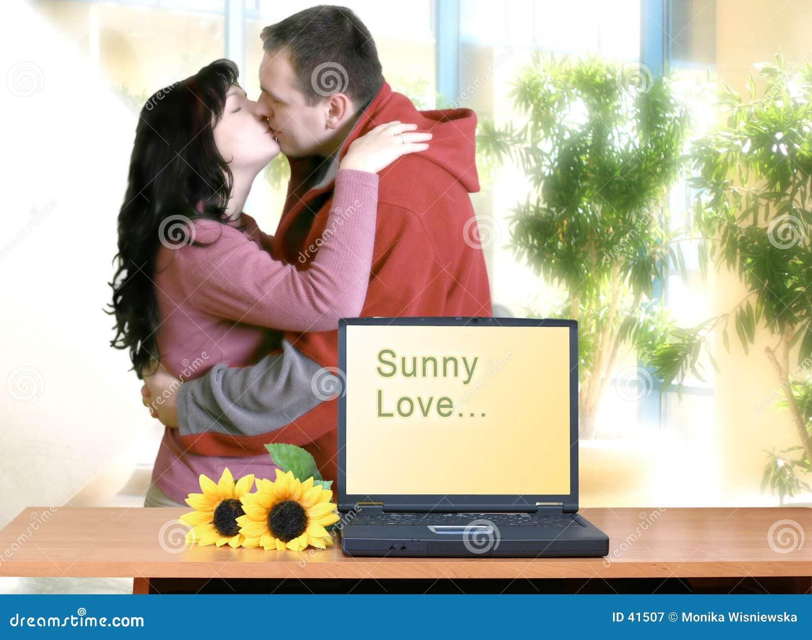 Lyckligt kyssa för par