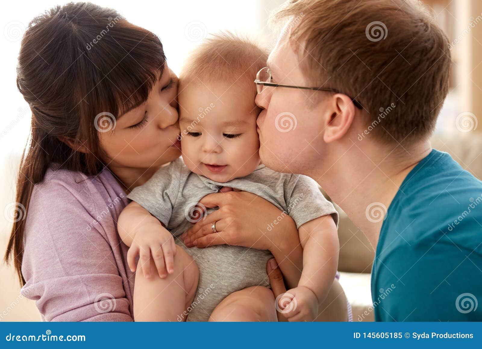 Lyckligt kyssa f?r moder och f?r fader behandla som ett barn sonen hemma