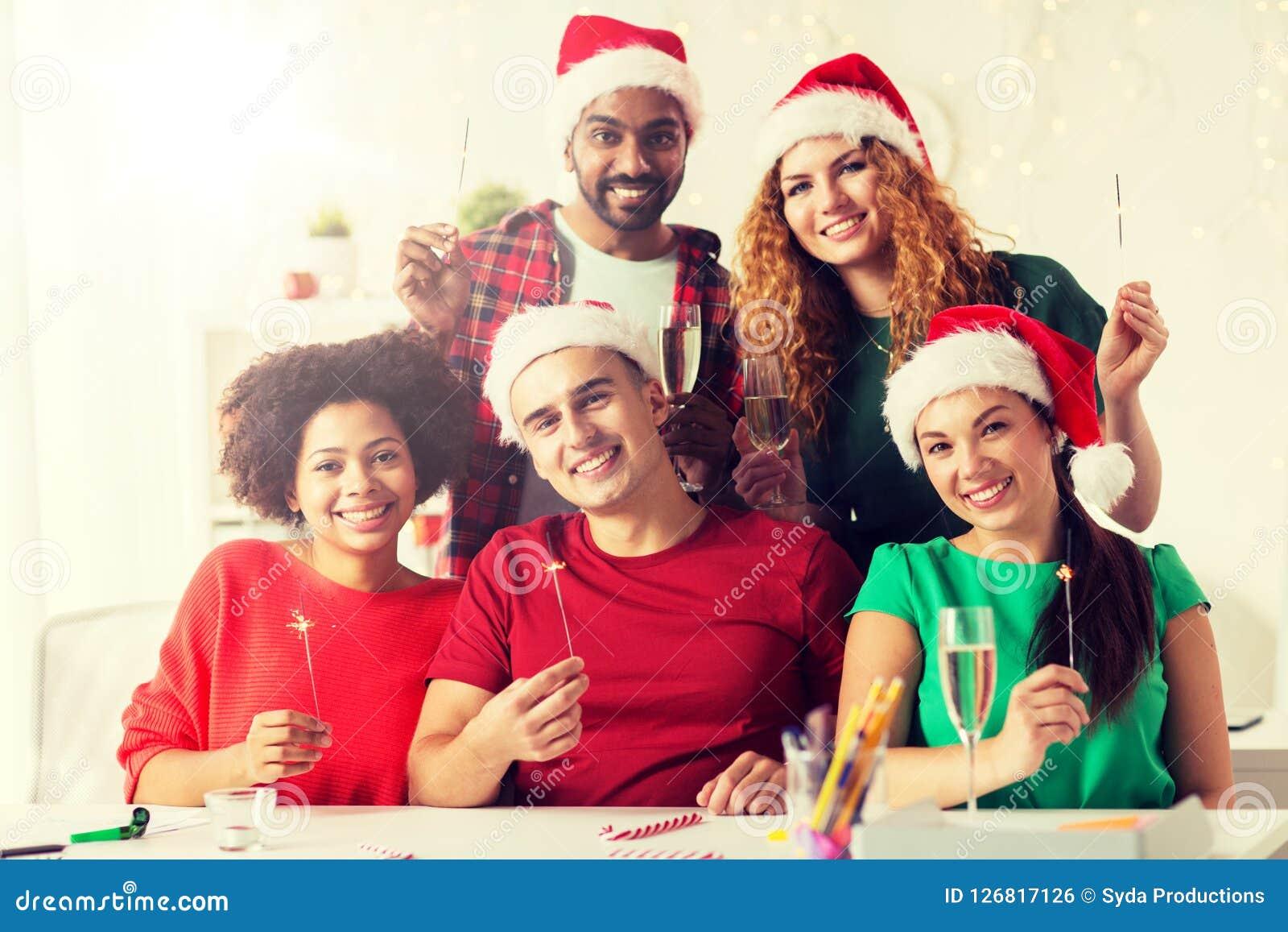 Lyckligt lag som firar jul på kontorspartiet