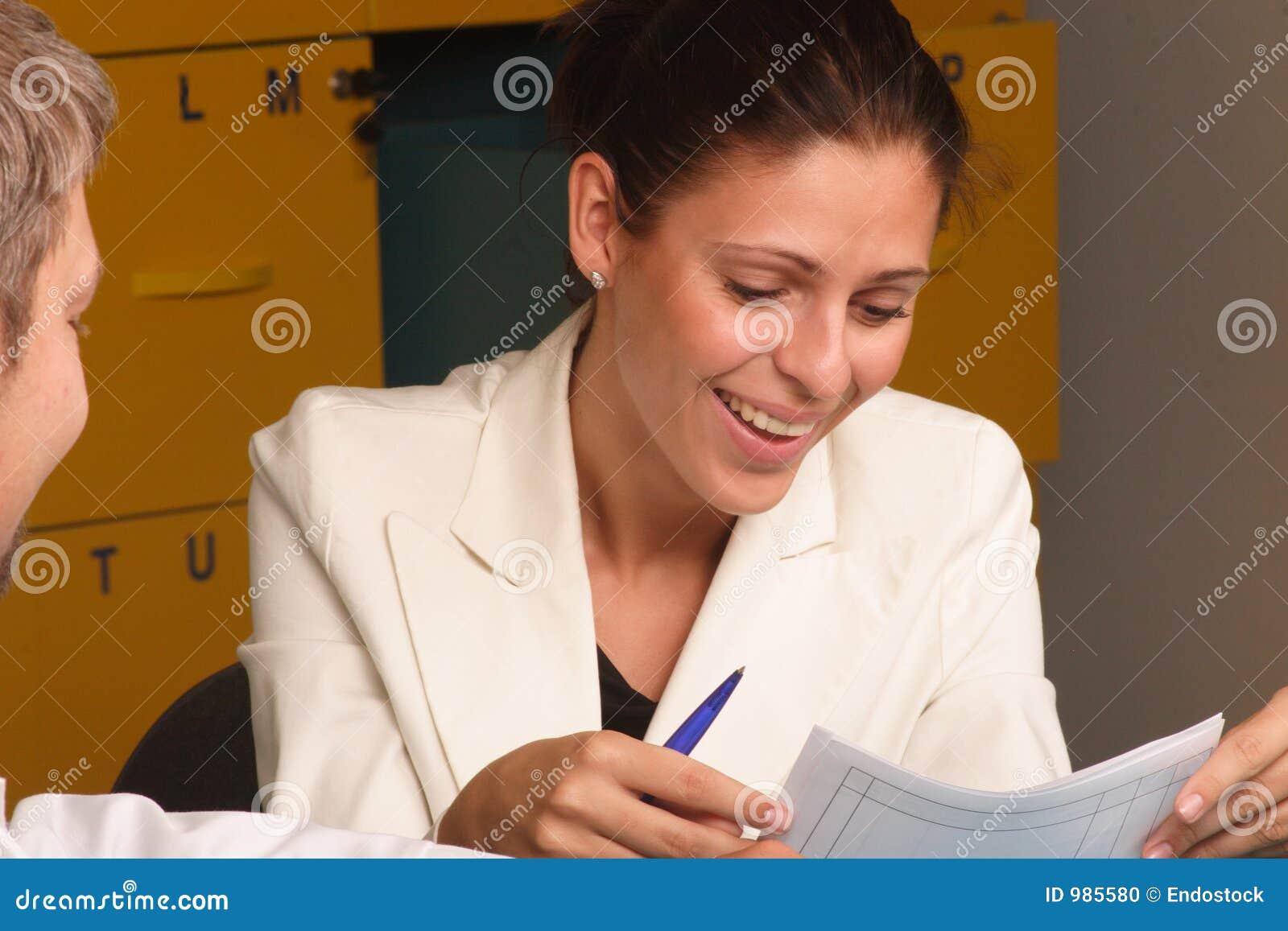 Lyckligt le för sekreterare