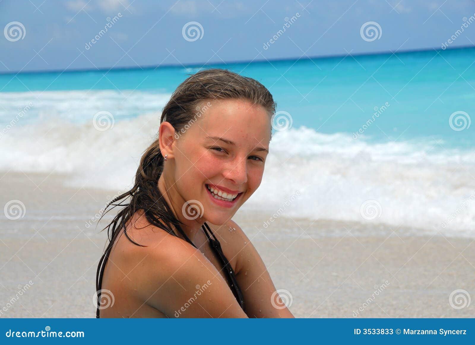 Lyckligt le för strandflicka