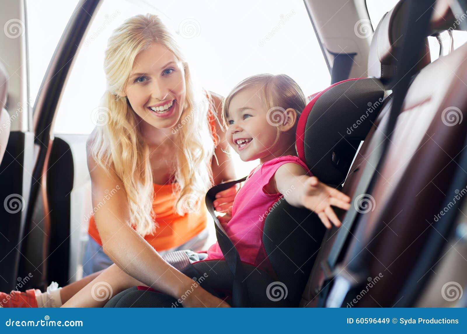 Lyckligt moderfästandebarn med bilsätebältet