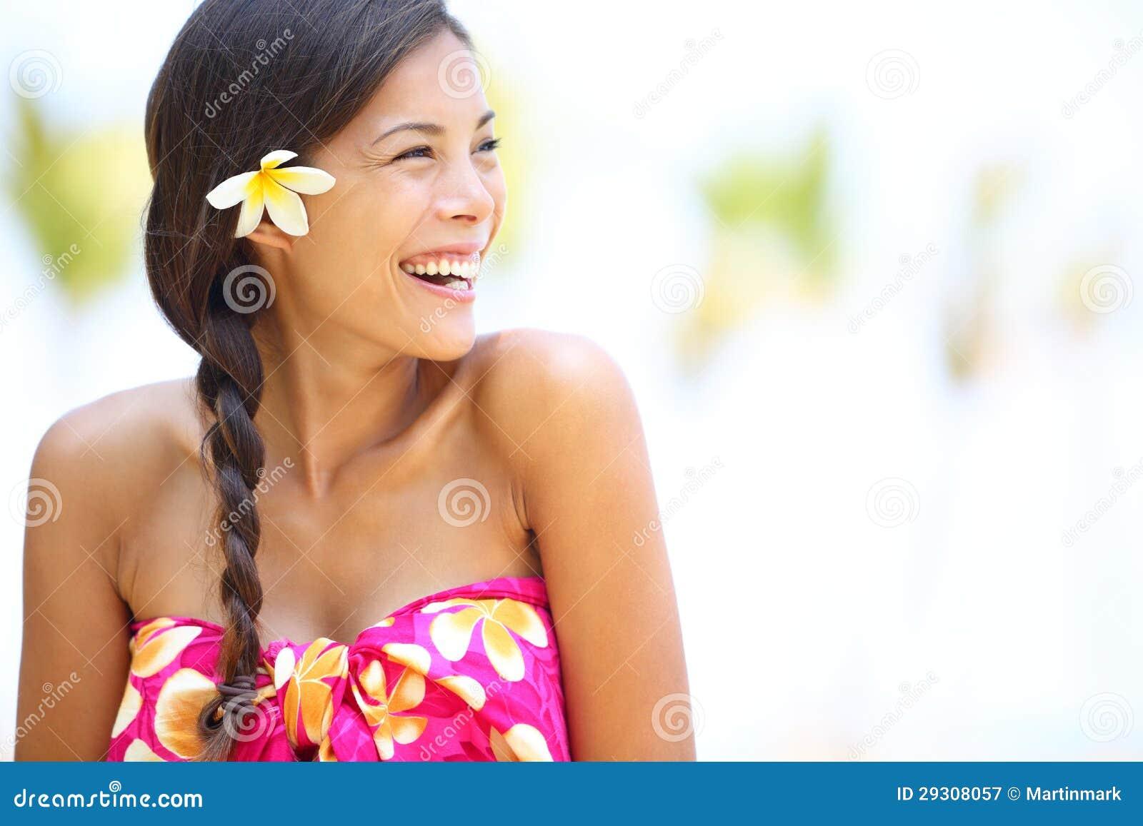 Lyckligt se för strandkvinna som sid skratta